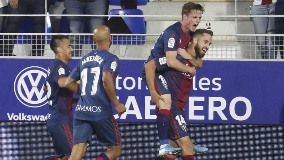 Pulido celebra con sus compañeros su gol  al Málaga