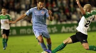 Stuani, autor del primer gol, ante la entrada de Alexis Ruano en El...