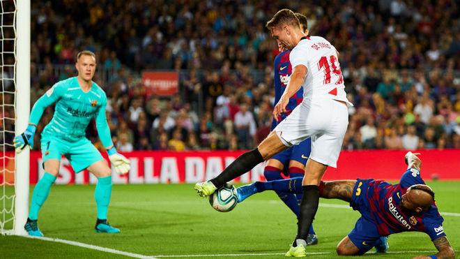 De Jong, obstaculizado por Arturo Vidal.