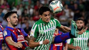 Paulo Oliveira pelea un balón con Bartra