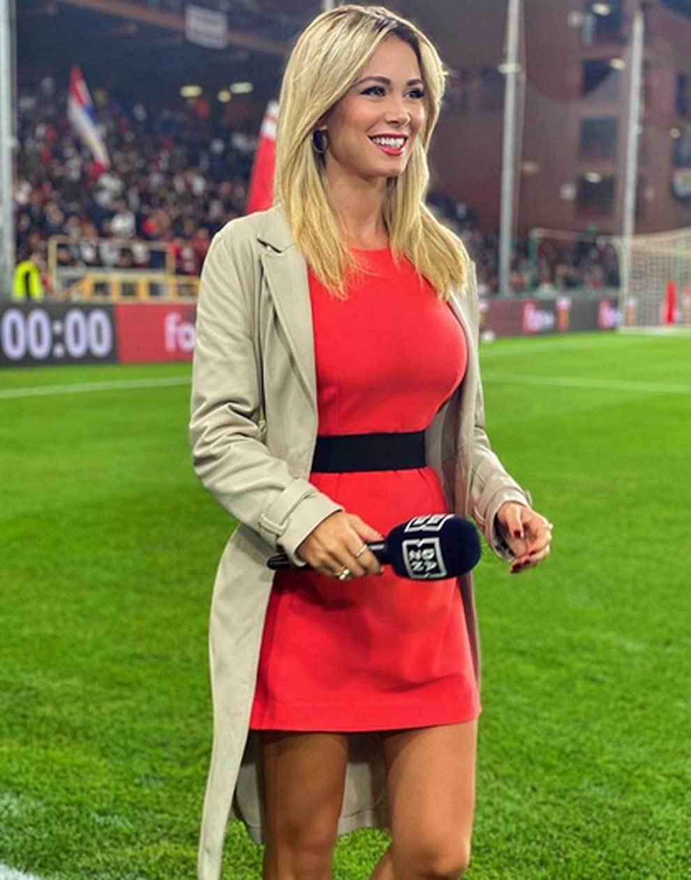 La mediática Diletta Leotta durante la retransmisión para DAZN del...