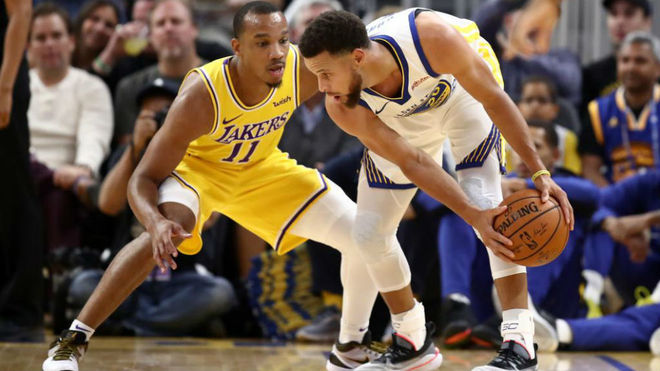 Stephen Curry defendido por Avery Bradley en el amistoso contra los...
