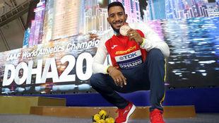 Orlando Ortega posa con la medalla de bronce