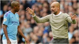 Guardiola da instrucciones a Fernandinho ante el Wolverhampton.