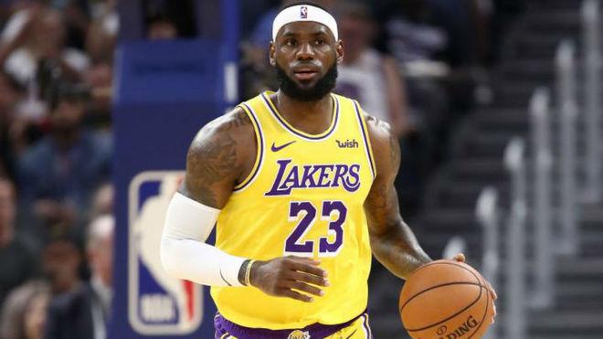 LeBron James subiendo el balón en el ataque de los Lakers