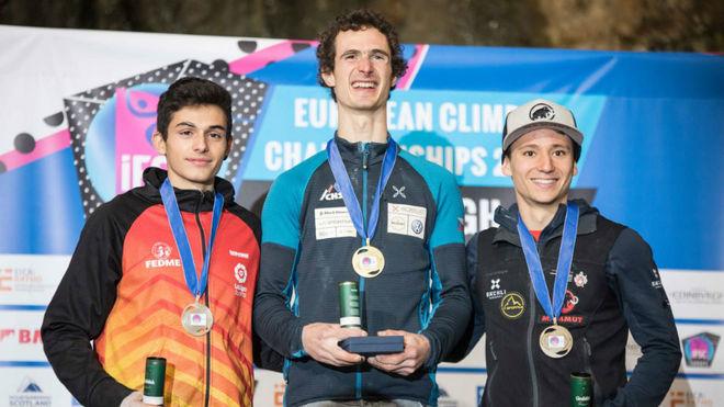 Alberto Ginés, en el podio, con Adam Ondra y Sascha Lehmann.