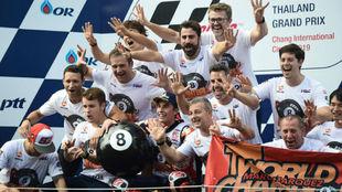 Márquez, junto a su equipo, celebrando el título en Tailandia.