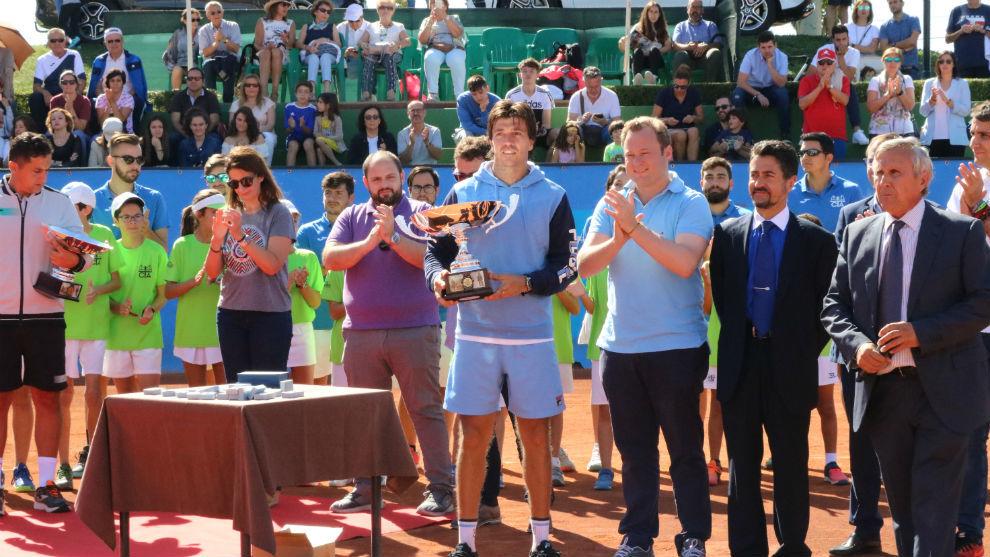 Carlos Berlocq recibe su trofeo