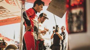 Alonso y Coma, al llegar al campamento tras su accidente.