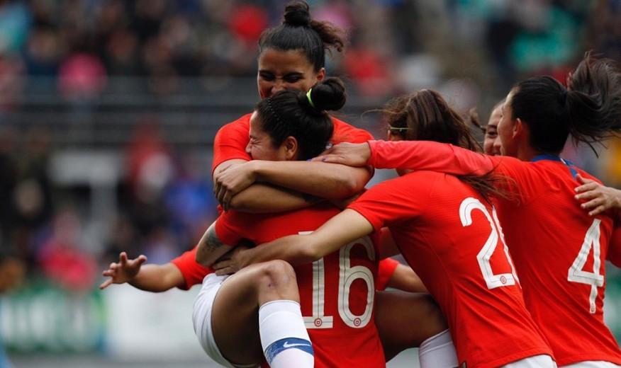 Las jugadoras de Chile, con Nayadet a la derecha, celebran un gol ante...