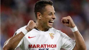 Chicharito celebra un gol con el Sevilla