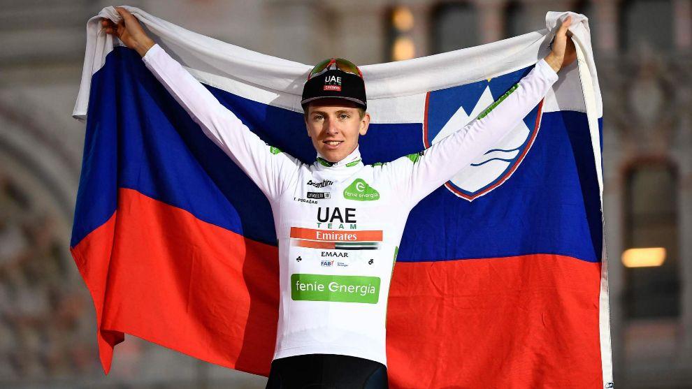 Pogacar, con la bandera de Eslovenia celebrando el podio en La Vuelta.