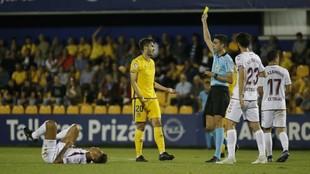 Bikandi Garrido muestra a Elgezabal la tarjeta amarilla
