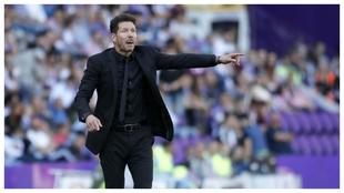 Simeone dando órdenes durante el partido contra el Valladolid