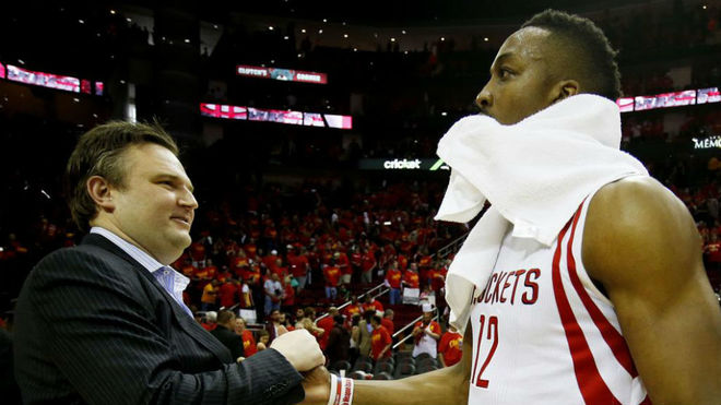 Daryl Morey saluda a Dwight Howard durante los Playoffs de 2015.