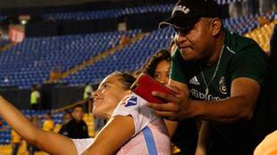 El aficionado acosa a Sofía Huerta.
