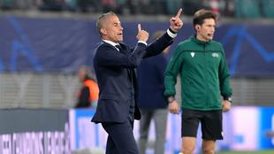 Sylvinho da órdenes durante un partido con el Lyon