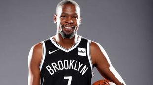 Kevin Durant posa sonriente en el Media Day de los Knicks