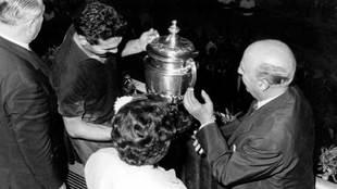 El general Francisco Franco entregándole la Copa del Generalísimo a...