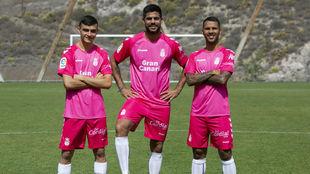 Pedri, Aythami y Viera posan con la camiseta rosa.
