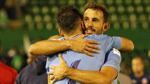 Stuani se abraza con Álex Granell tras la goleada en El Sardinero