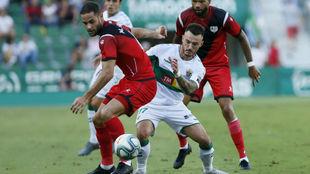 Mario, en una disputa con Josan durante el partido contra el Elche