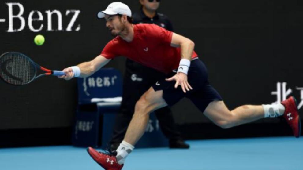 Murray intenta llegar a una pelota