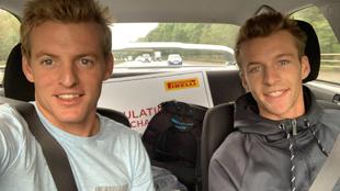 Los dos hermanos campeones del Mundo durante su trayecto de vuelta a...