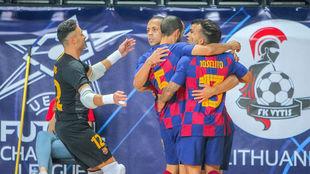 Los jugadores del Barça celebran el gol de Marcenio.