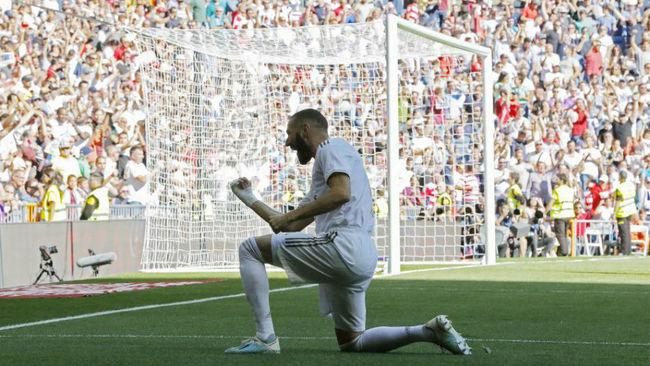 Benzema celebra su gol al Granada con la grada del Bernabéu.
