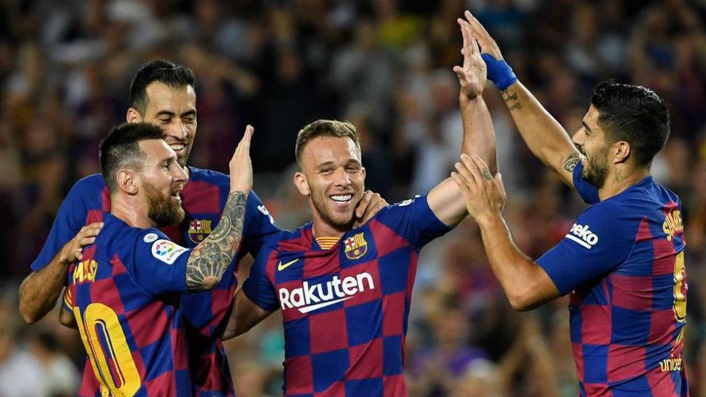 Busquets, Messi, Arthur y Luis Suárez celebran un gol.
