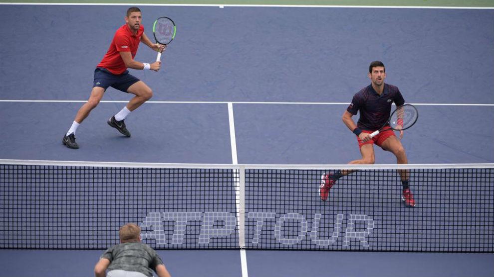 Krajinovic y Djokovic en la red durante su debut en Shangái