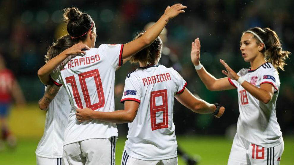 Las jugadoras de la selección española celebran un gol ante la...