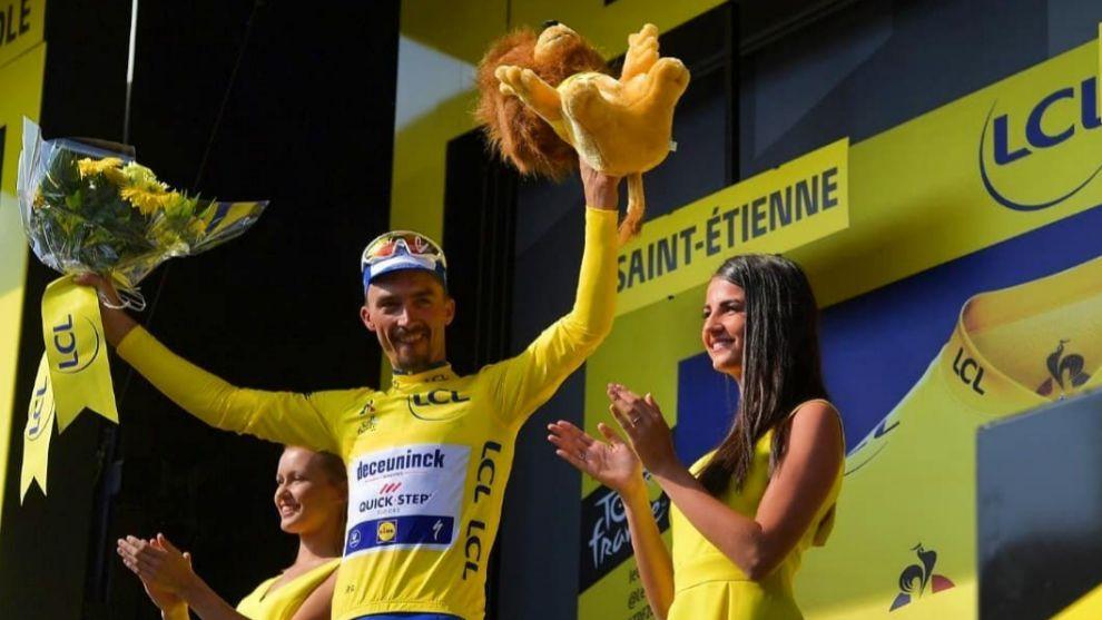 Alaphilippe celebra en una etapa del Tour el maillot amarillo.
