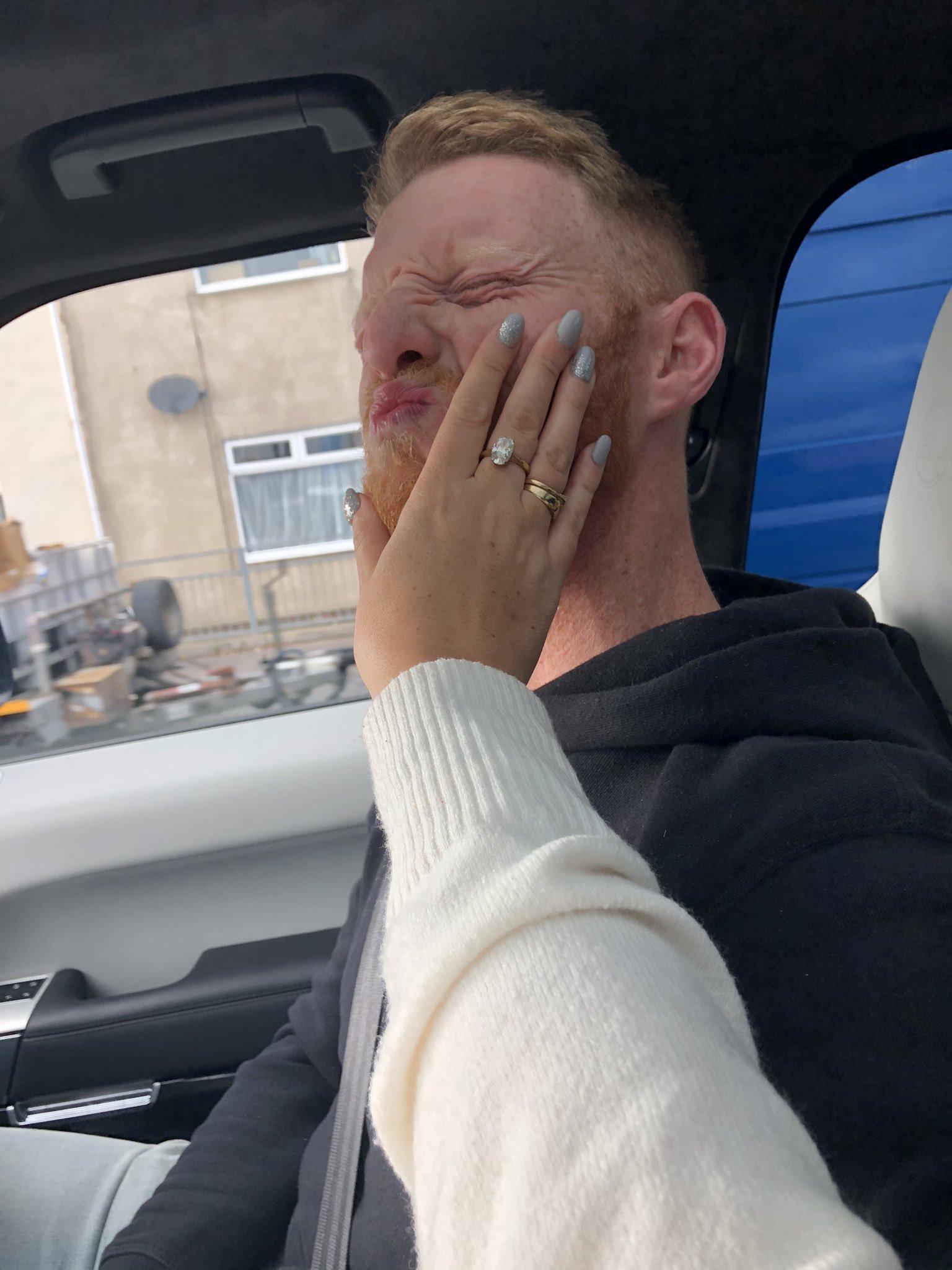Clara aplastando la cara de su marido Ben Stokes