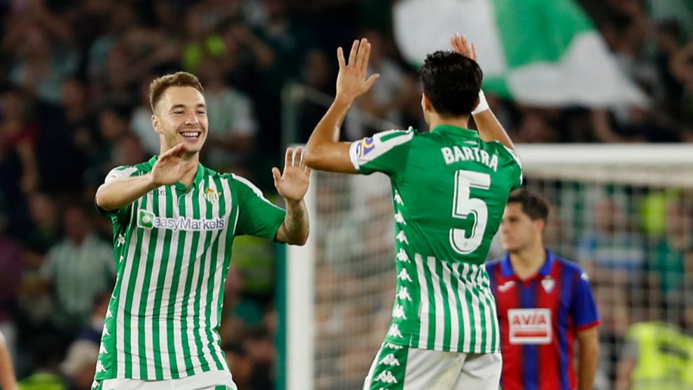 Bartra felicita a Loren tras su gol al Eibar.