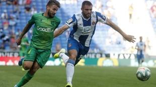 David López lucha por la balón con Portu