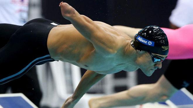 Óscar Salguero, lanzándose al agua para competir en los 100 braza en...