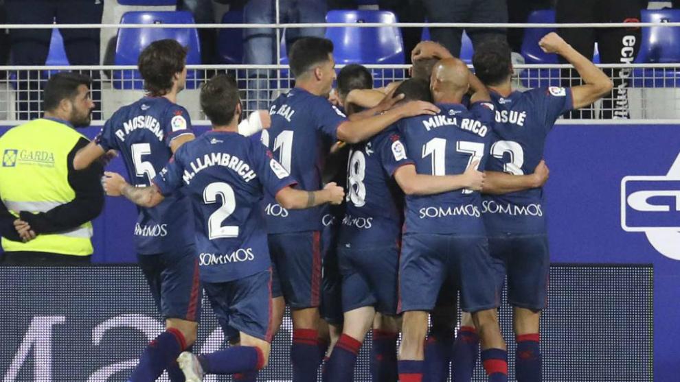 Los jugadores delHuesca celebran uno de los dos goles al Málaga en El...