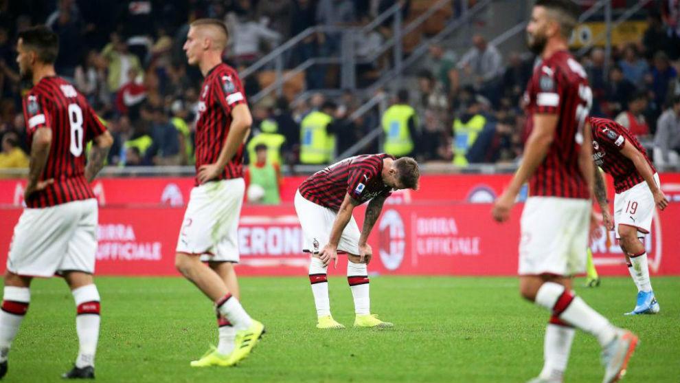 Jugadores del Milan tras una derrota en esta campaña.
