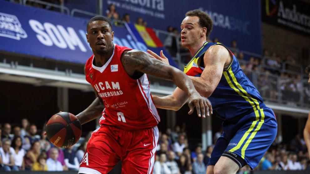 Ovie Soko (UCAM Murcia) y Reggie Upshaw Jr (MoraBanc Andorra), en un...