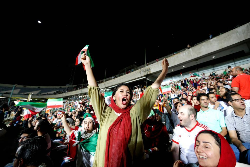 Mujeres regresan a los estadios de futbol en Irán (FOTOS+VIDEOS)