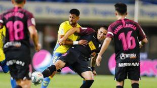 Aythami luchando un balón en el encuentro ante el Sporting