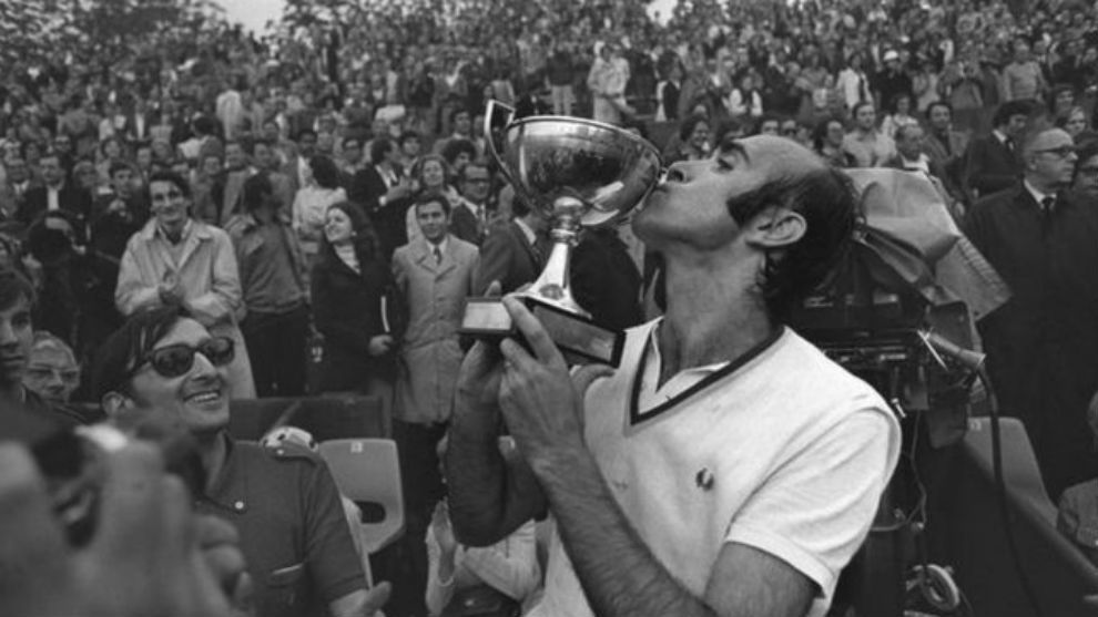 Andres Gimeno, con la copa de los mosqueteros de París