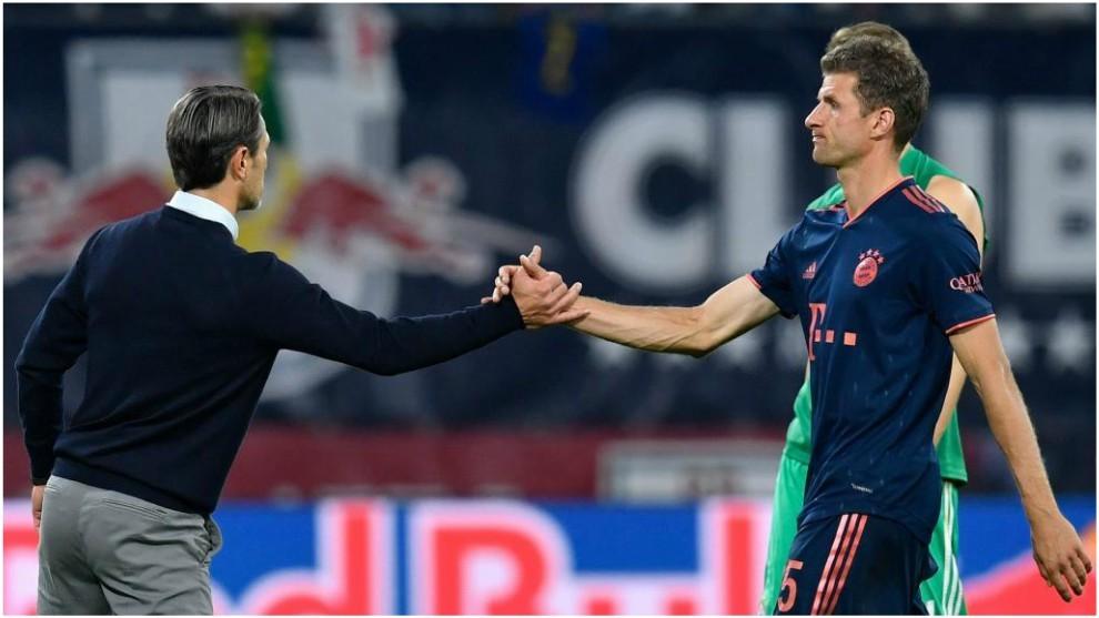 Niko Kovac saluda a Thomas Müller tras el partido contra el RB...