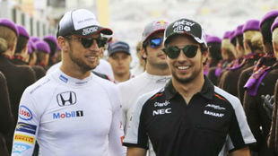 Button y Checo Pérez en el GP de Abu Dabi 2017.