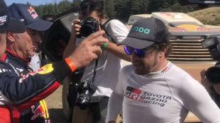 Carlos Sainz habla con Alonso tras acabar el Rally de Marruecos.