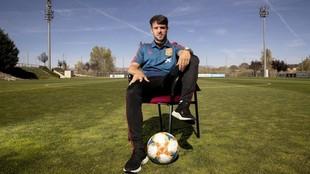 Bernat posa para MARCA en la Ciudad del Fútbol.