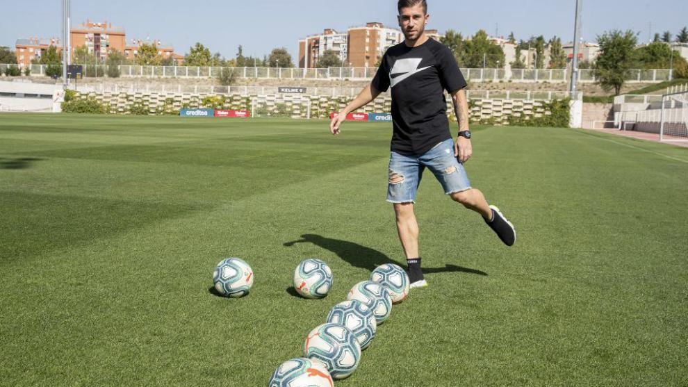 Adrián Embarba posa para MARCA junto a siete balones, uno por...