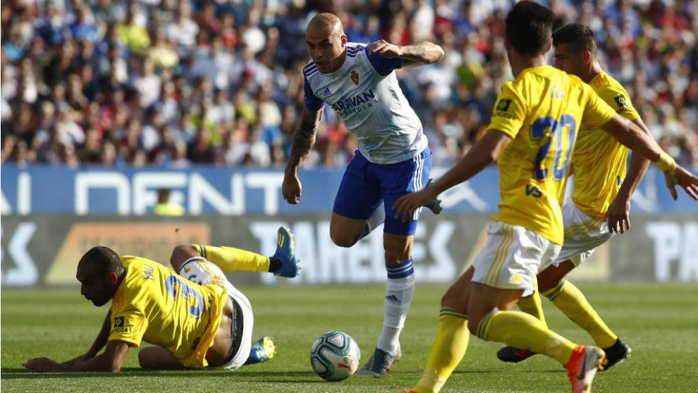Jorge Pombo trata de marcharse de un rival ante el Cádiz en La...